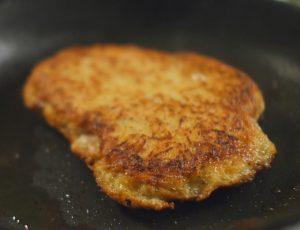 Мясо в драниках со сметанным соусом