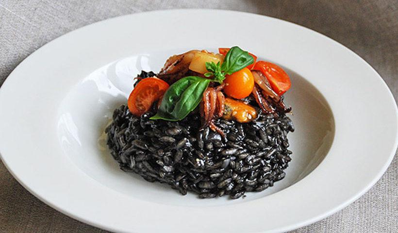 Черный рис с морепродуктами